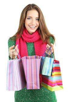 Bella ragazza sorridente con sacchetti regalo isolati su bianco