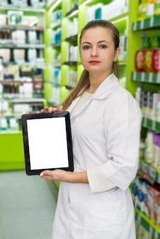 Bello e sorridente farmacista che lavora con il tablet