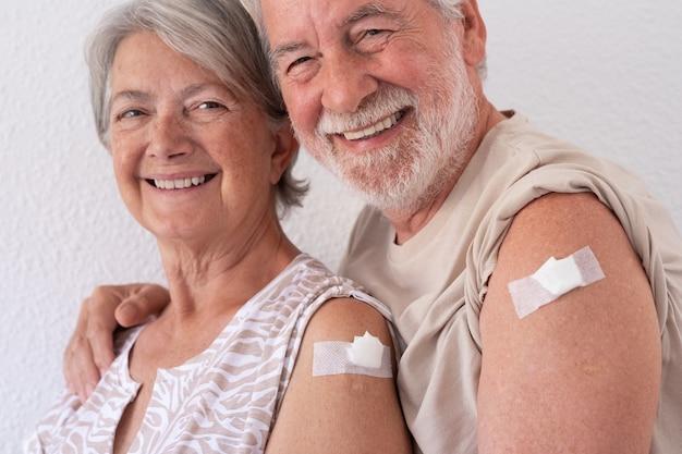 Bella coppia anziana sorridente degli anni '70 dopo aver ricevuto il vaccino contro il coronavirus covid-19.