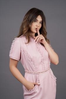 Bella donna sorridente che indossa un abito moderno alla moda
