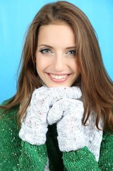 Bella donna sorridente in abiti invernali