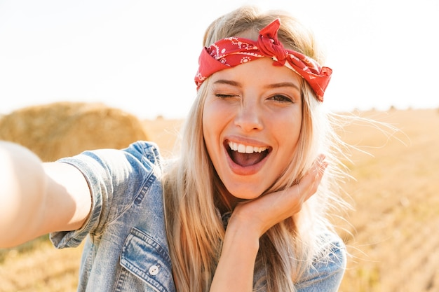 Bella giovane ragazza bionda sorridente in fascia