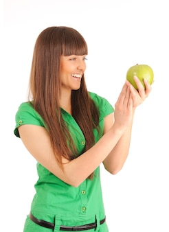 Bella giovane donna sorridente che tiene una mela verde.