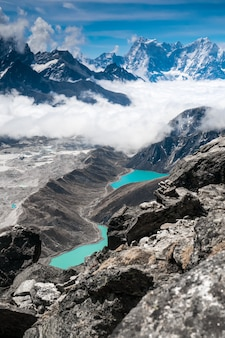Belle montagne innevate con lago