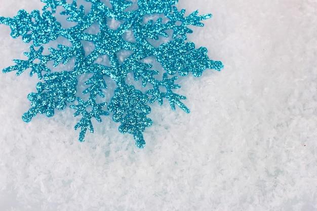 Bellissimo fiocco di neve nel primo piano della neve