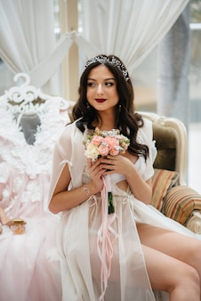 Il bello e sofisticato primo piano del bouquet da sposa tiene la sposa tra le mani. mazzo di nozze.