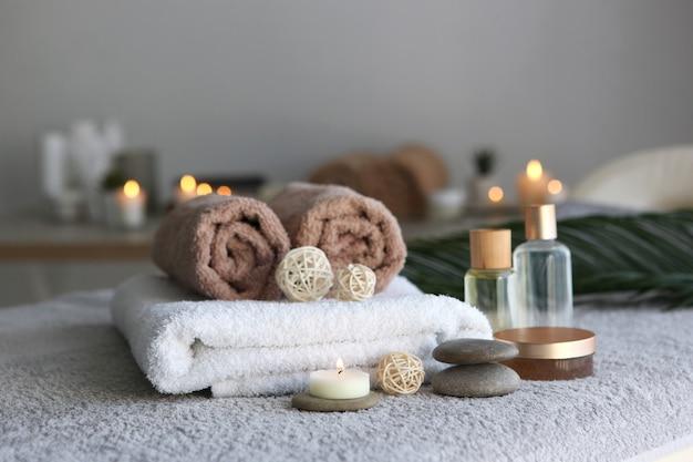 Bella composizione spa di asciugamani e accessori spa