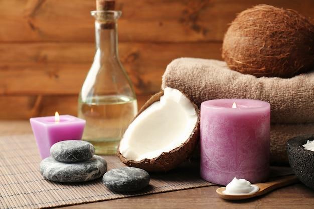 Bella composizione spa con prodotti per la cura del corpo al cocco e candele sul tavolo