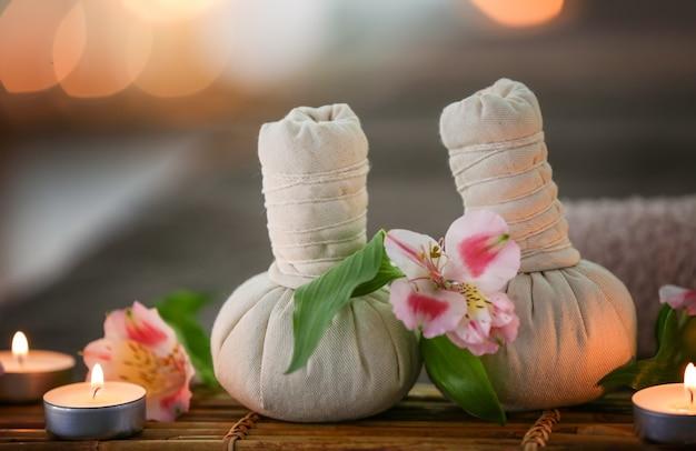 Bellissima composizione spa con palline da massaggio e candele su sfondo sfocato