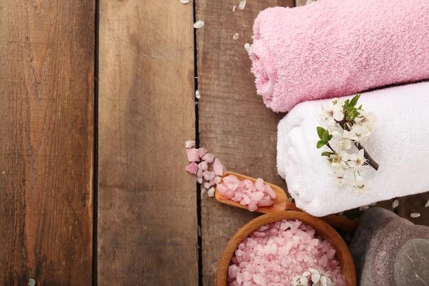 Bella composizione spa con fiori di primavera su fondo in legno