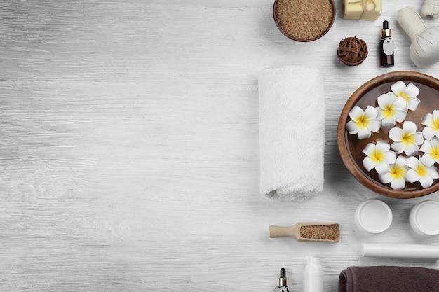 Bella composizione spa sulla tavola di legno