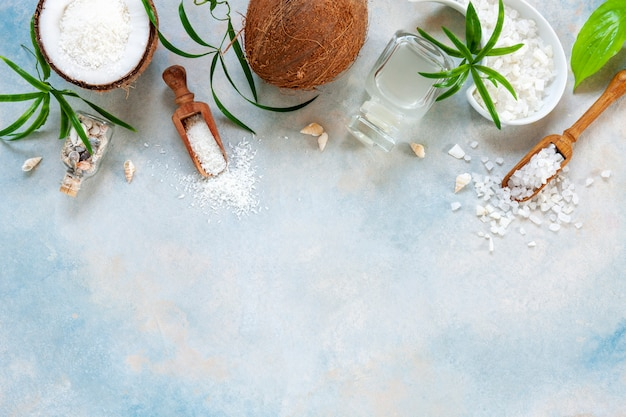Bellissima composizione concept spa con prodotti per la cura del corpo al cocco