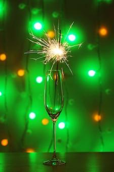 Bellissimo sparkler in vetro su sfondo lucido, primo piano