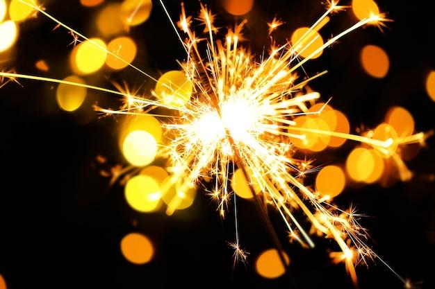 Bellissimo sparkler su sfondo lucido, primo piano