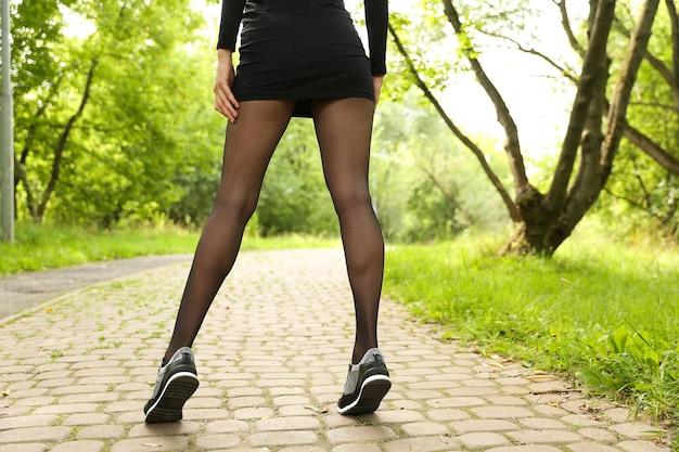 Bellissime scarpe da ginnastica sportive sulle gambe delle donne. belle gambe femminili che indossano scarpe sportive