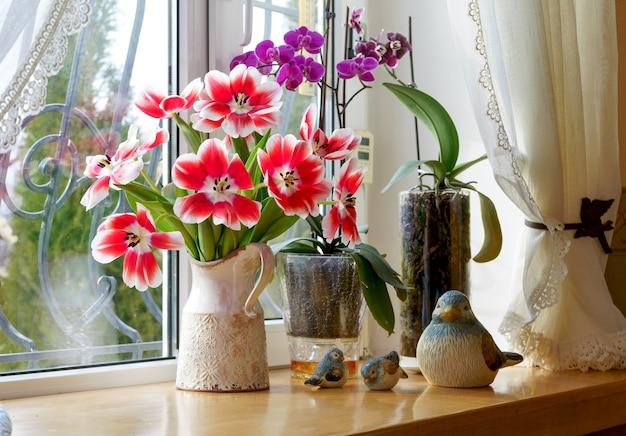 Bellissimo bouquet primaverile di tulipani in un vaso su un davanzale in una casa privata