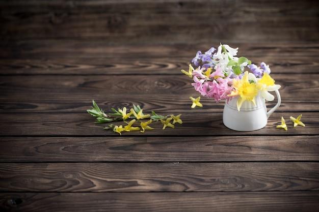 Bellissimi fiori primaverili su vecchio fondo di legno scuro