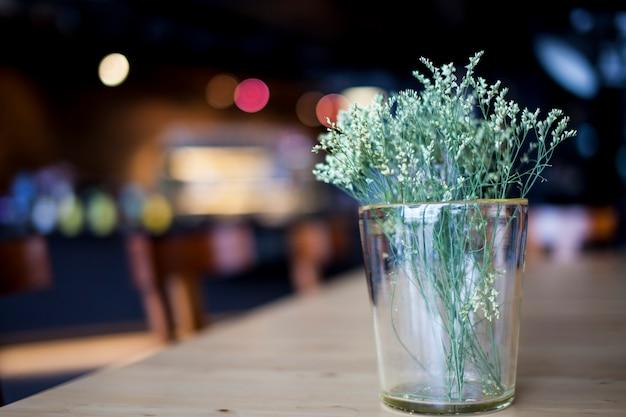 Bellissimi fiori primaverili in un bokeh di fondo di vetro.