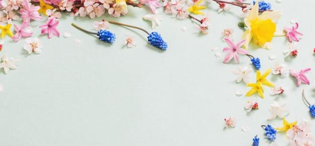 Bellissimi fiori primaverili su carta