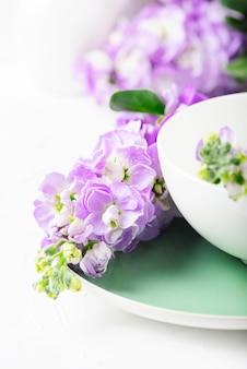 Bellissimi fiori primaverili sul tavolo bianco, fuoco selettivo
