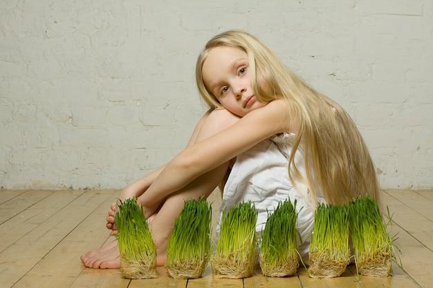 Ragazza bella primavera con erba