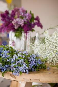 La bella primavera e l'estate non ti scordar di me fiori di lillà sul tavolo pronti per un bouquet