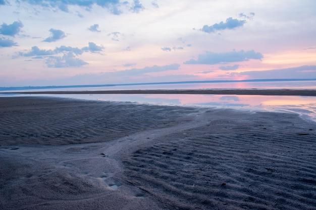 Bellissimo tramonto primaverile su un fiume volga vicino a ulyanovsk. il luogo più ampio del fiume volga.