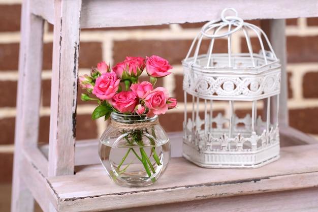 Bella natura morta con piccole rose rosa
