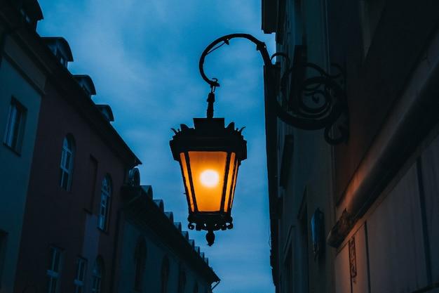 Belle lanterne di strada illuminate di sera