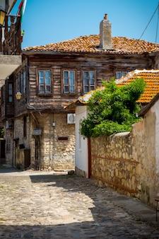 Bella strada nel centro storico di nesebar. bulgaria