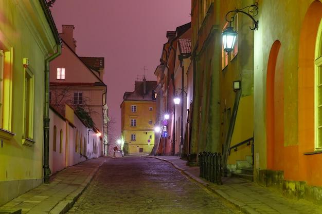 Bella strada nel centro storico di varsavia, polonia