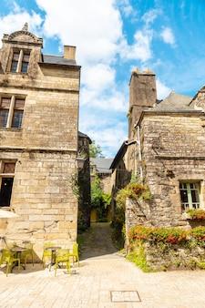 Belle strade del borgo medievale di rochefort-en-terre, dipartimento del morbihan nella regione della bretagna. francia