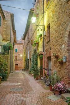 Belle strade in una tranquilla città antica in italia