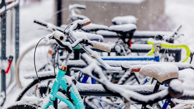 Bella bici di stile nella neve dopo l'alta nevicata in europa.