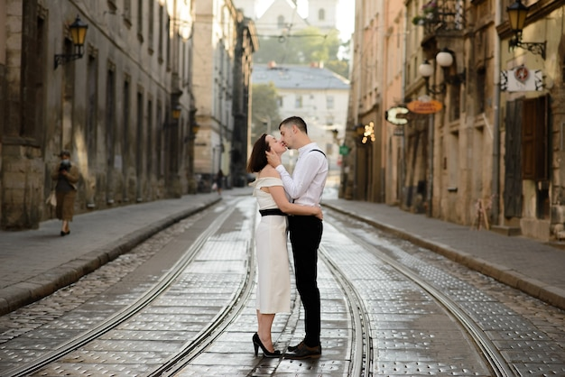 Belle coppie alla moda che baciano su una data all'aperto nella città vecchia.