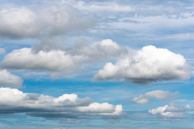 Belle nuvole estive che fluttuano nel cielo azzurro e soleggiato per cambiare il tempo