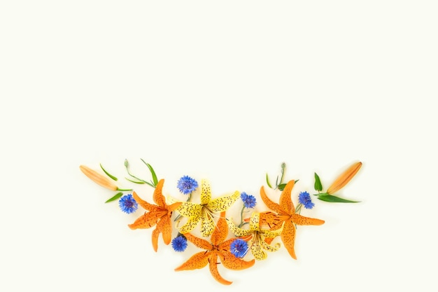 Bellissimi fiori estivi in un posto vuoto biglietto di auguri o congratulazioni per lo spazio vuoto