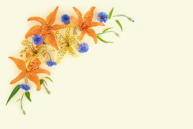 Bellissimi fiori estivi in un luogo vuoto biglietto di auguri o congratulazioni con spazio per le copie