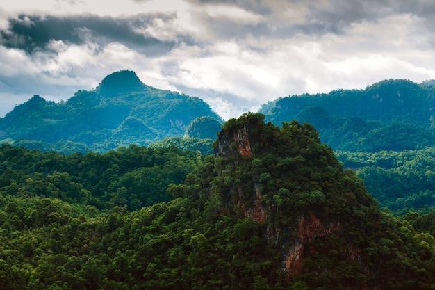 Bellissimo paesaggio estivo in montagna con la pioggia
