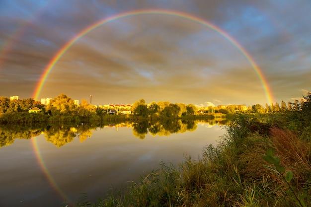Bellissimo paesaggio estivo con serenità lago e arcobaleno