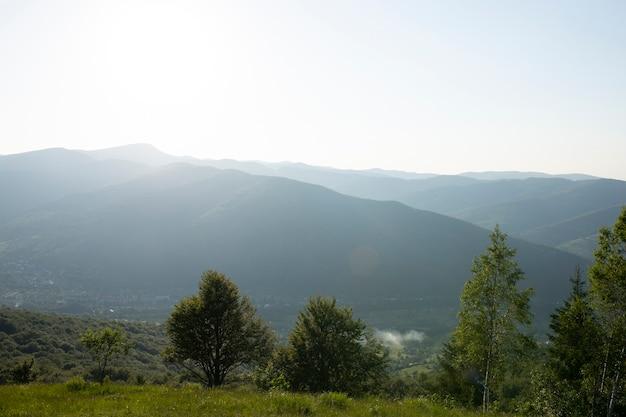 Belle montagne estive con cielo blu