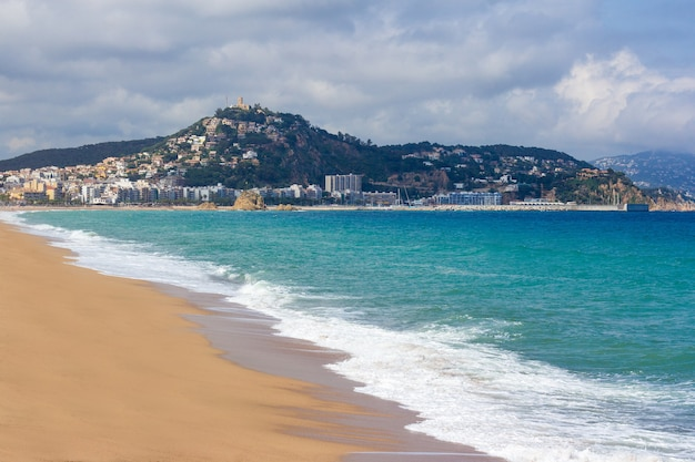 Bella spiaggia sabbiosa estiva a blanes, spagna