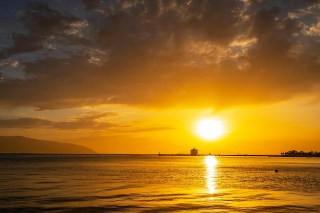 Bella luce solare con nuvole al tramonto nel mar mediterraneo in albania