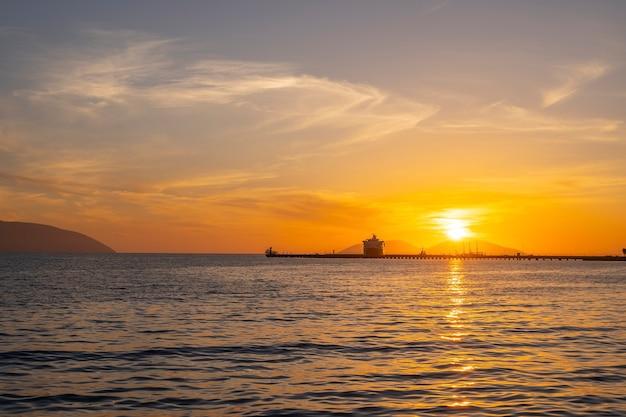 Bella luce solare con nuvole al tramonto nel mar mediterraneo