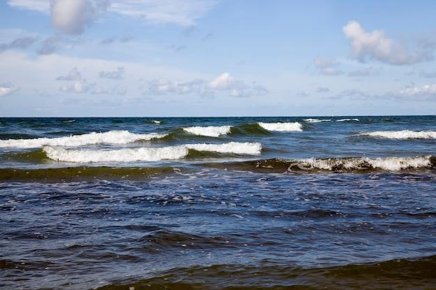 Bel tempo soleggiato sulla costa del mar baltico