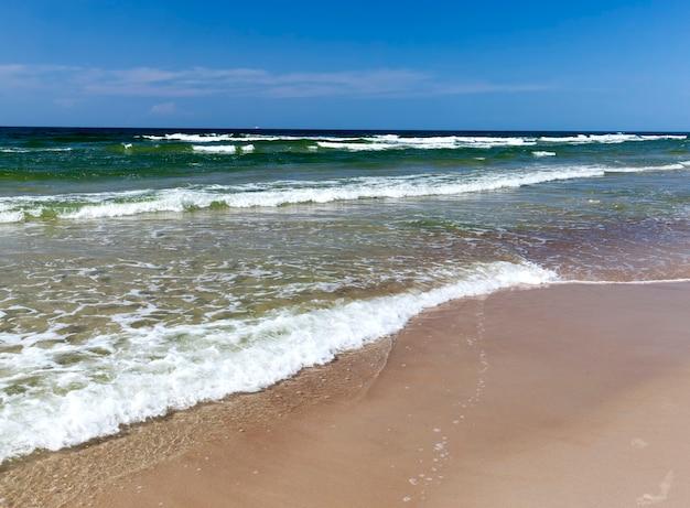Bel tempo soleggiato sulla costa del mare