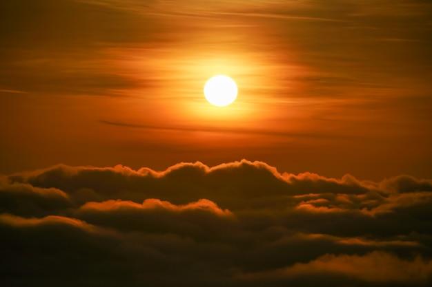 Bellissimo cielo nuvoloso all'alba dalla vista aerea