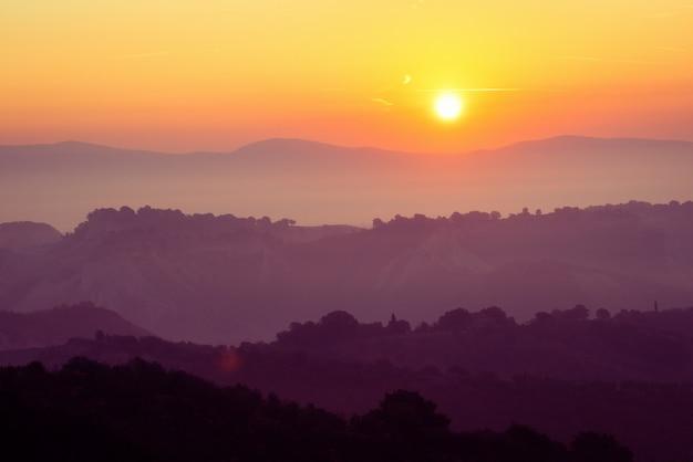Bella alba al paesaggio della montagna di estate.