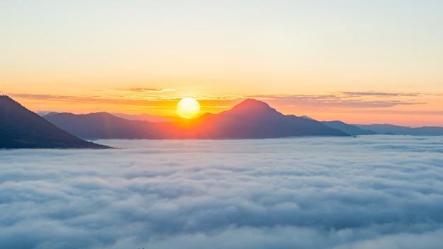 Bellissima alba sulla montagna con nebbia al mattino