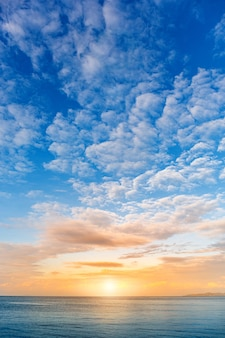 Bellissima alba sul mare con cloudscape